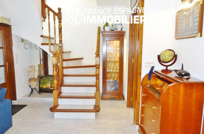 immobilier empuriabrava: villa 2110, vestibule & escalier ver l'étage
