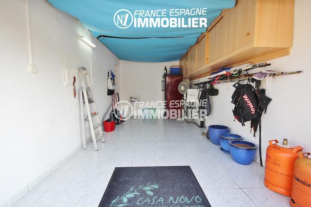 immocenter roses: villa ref.3211, vue du garage avec rangements en hauteur