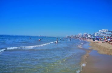 la plage de roses avec ses eaux chaudes, transparentes et son sable fin