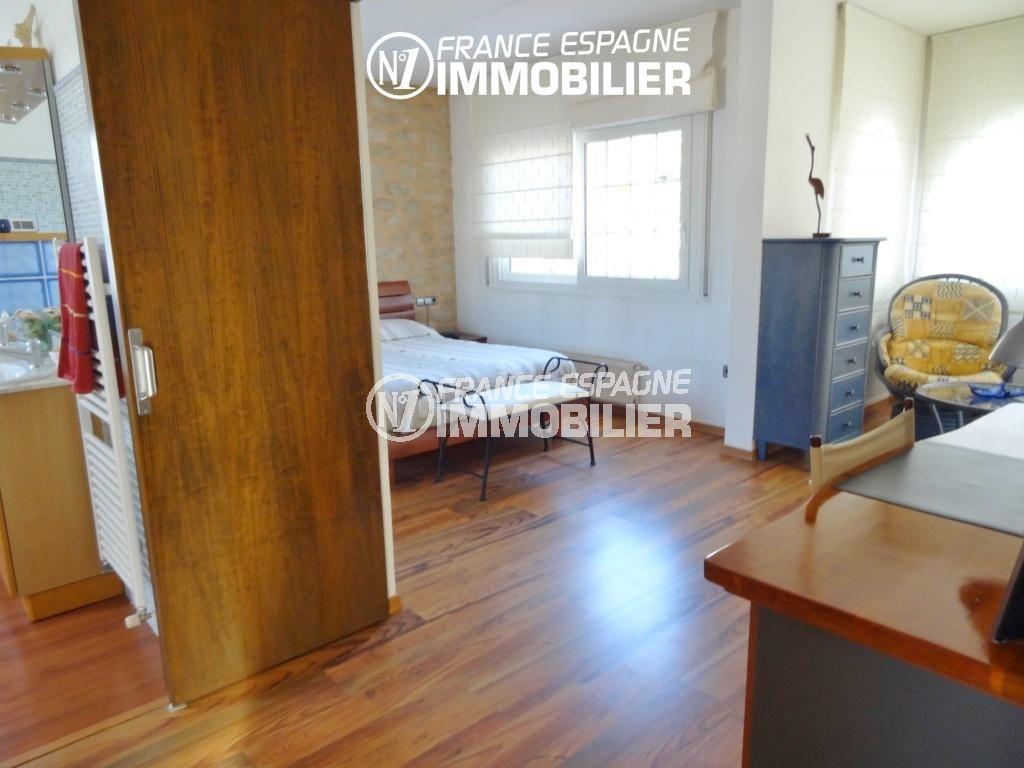 maison a vendre a empuriabrava, ref.2110, suite parentale, aperçu chambre, salle de bains