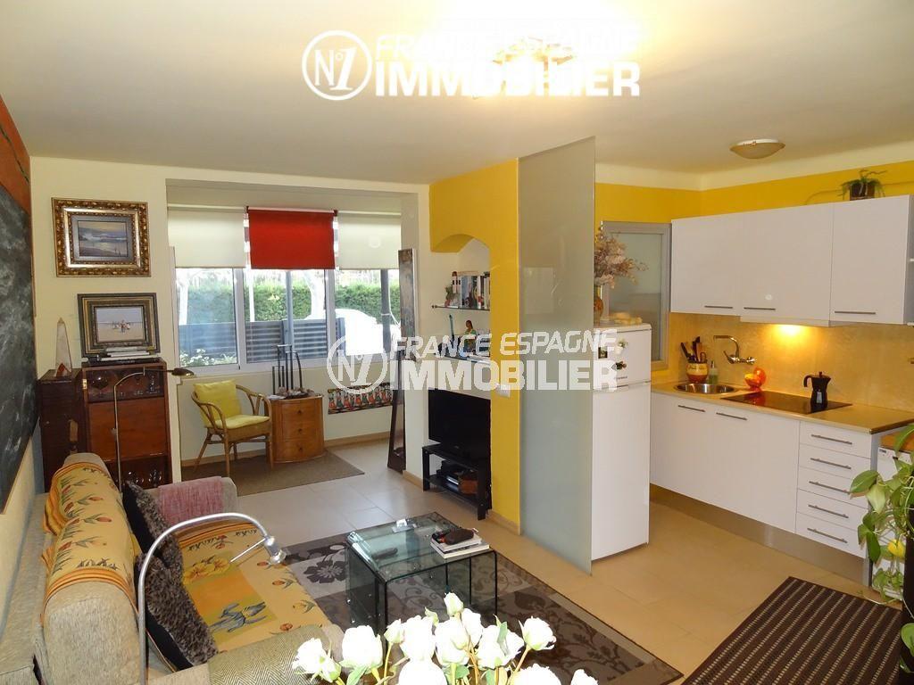 immo empuriabrava: villa ref.2410, aperçu du séjour avec le coin cuisine