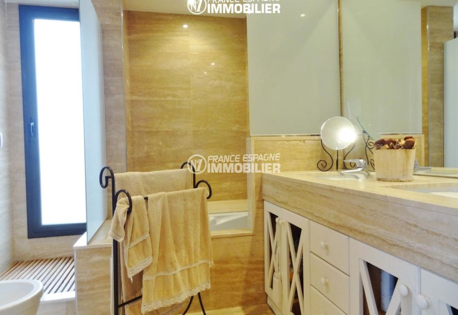 n1immobilier: villa ref.2482, salle de bains: baignoire hydromassage + douche, vasques