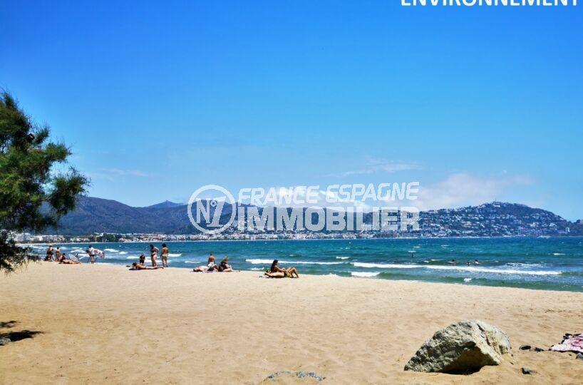 sable fin et eaux peu profondes sur la belle plage ensoleillée de roses
