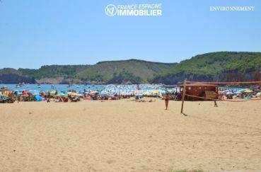 la plage ensoleillée de l'escala avec ses jeux pour les enfants