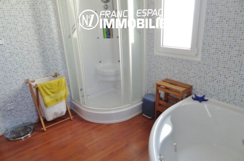 vente empuriabrava, villa ref.2110, aperçu douche et jacuzzy de la salle de bains 1