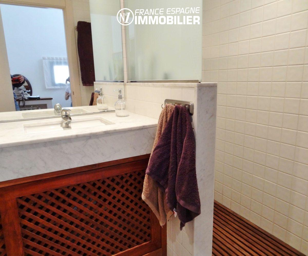 costa brava immobilier: villa ref.2482, salle d'eau avec douche et meuble vasque, wc