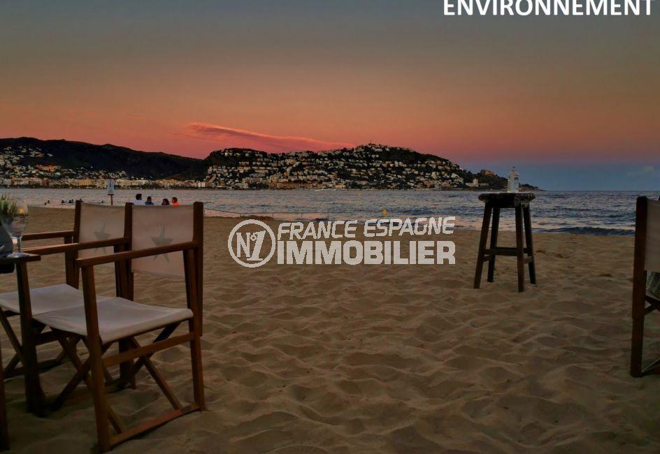 couché de soleil sur la plage environnante