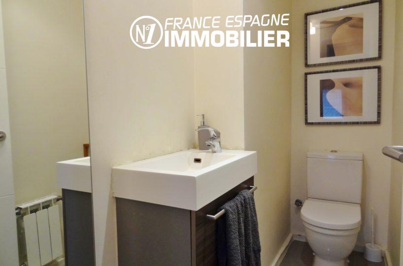 costabrava immo: villa ref.2482, un toilette indépendant et un lavabo avec des rangements