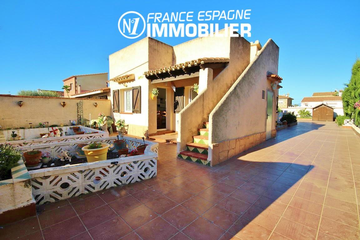 Vue sur belle villa avec piscine possible, proche Empuriabrava
