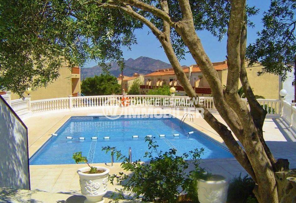 immo roses : belle villa avec piscine en commun