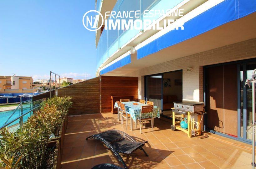 vente appartement rosas, ref.2848, terrasse de 25 m² avec vue sur la piscine et la marina