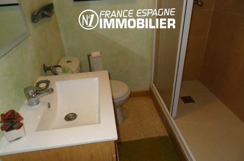maison costa brava, ref.2410, salle d'eau avec cabine douche et toilettes