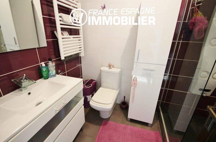 roses espagne: villa ref.3044, salle d'eau avec cabine douche moderne et toilettes