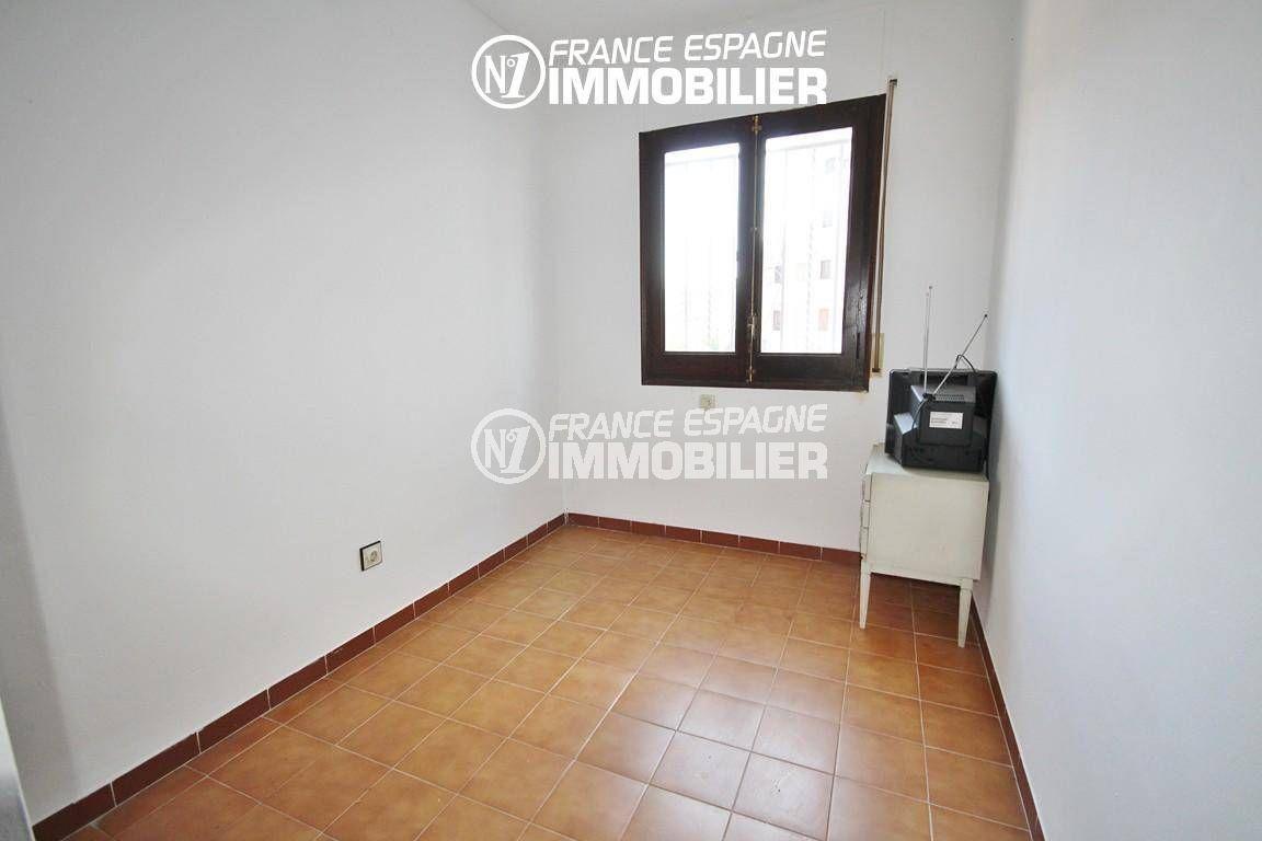 rosas immo: villa ref.3128, deuxième chambre à aménager avec carrelage au sol