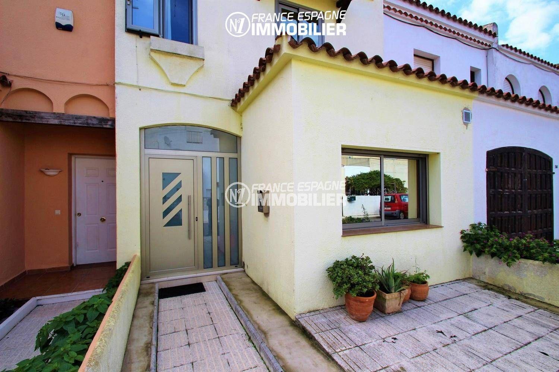 immo empuriabrava: villa ref.3287, 100 m², parking privé, vue entrée