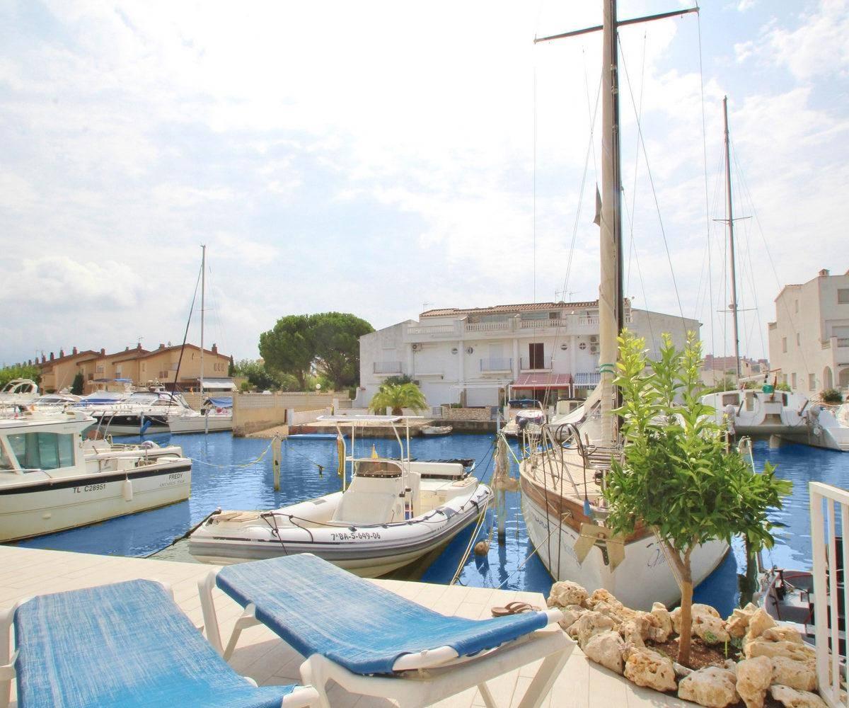 agence immo rosas: villa ref.3291, grande terrasse sur le canal à Santa Margarita Roses, amarre pour voilier