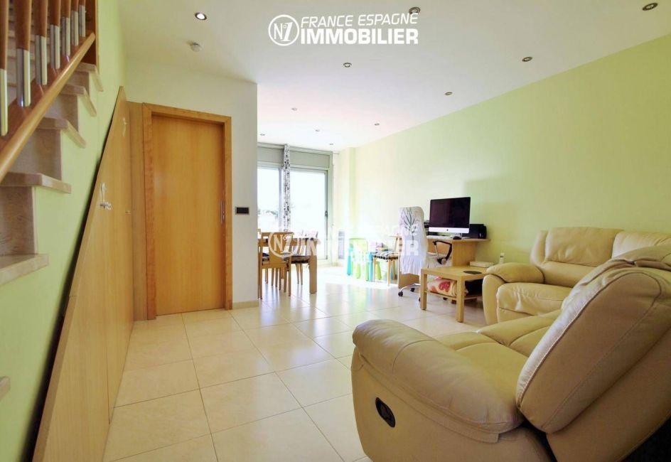 agence immobilière empuriabrava: villa ref.3287, séjour & escalier vers l'étage