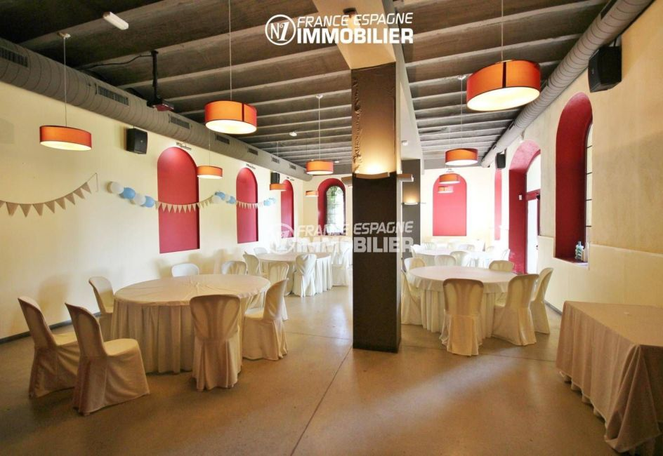 costa brava immobilier: commerce à palau, salle de réception du restaurant avec nombreuses tables
