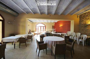 habitaclia rosas: commerce à 1341 m², salle principale du restaurant avec nombreuses tables accès terrasse