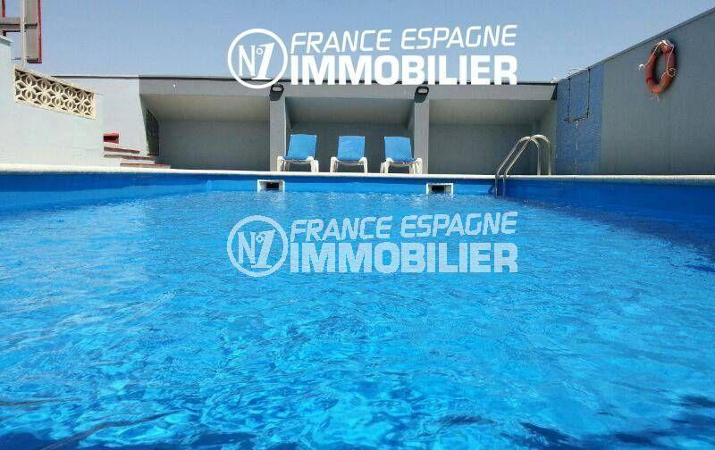 immobilier llanca: commerce hotel proche de la plage avec piscine, haute rentabilité