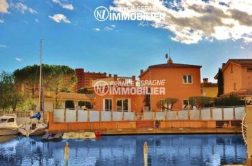 immo roses: villa ref.2826, vue sur le canal avec amarre, piscine et garage privé