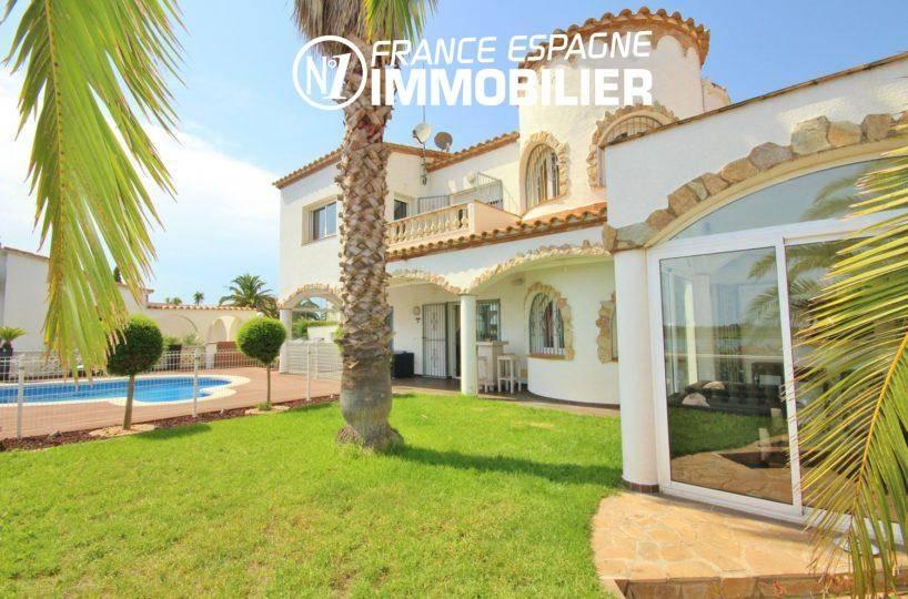 immo roses: villa avec amarre, aperçu de la parcelle de 700 m² avec piscine