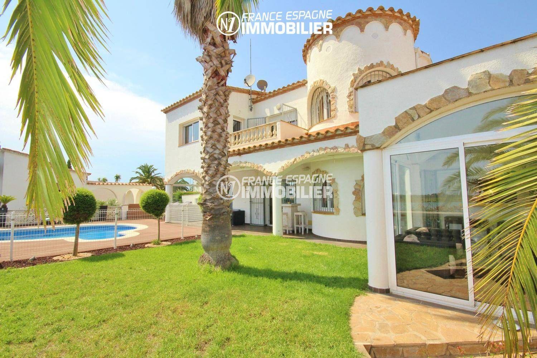 immobilier à rosas espagne: villa vue canal avec amarre de 15 m, piscine, parking et garage