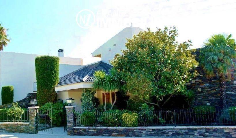 immo roses: ref.2786, villa de standing avec piscine & sauna intérieur, terrain de tennis + studio