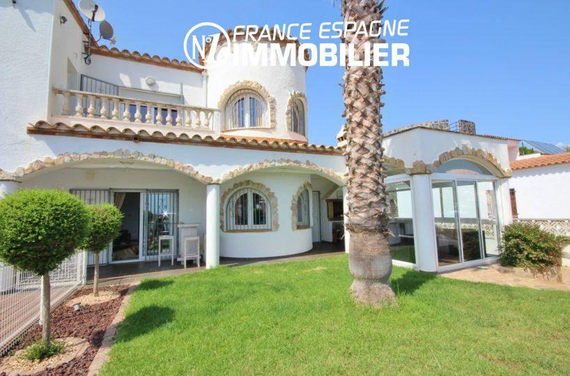 maison a vendre rosas, piscine, vue sur la belle façade et jardin entretenu