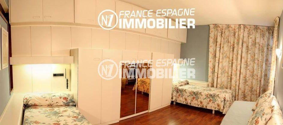 roses immobilier: villa ref.2786, première chambre: 2 lits simple, canapé et rangements