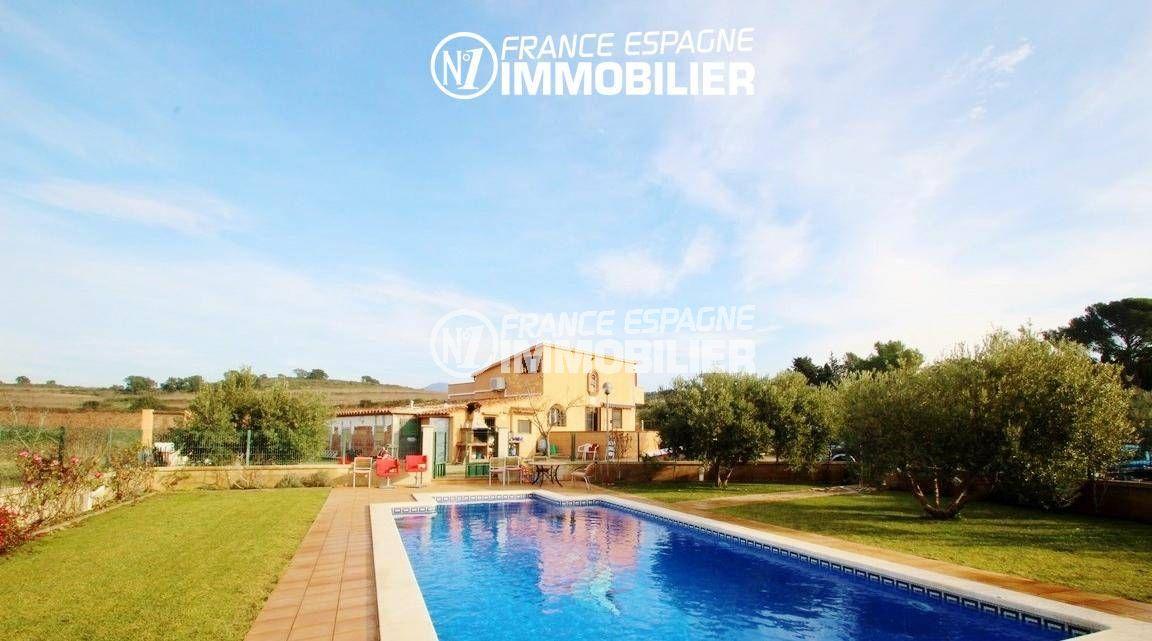 maison a vendre rosas, ref.2772, vue sur la piscine clôturée et la villa