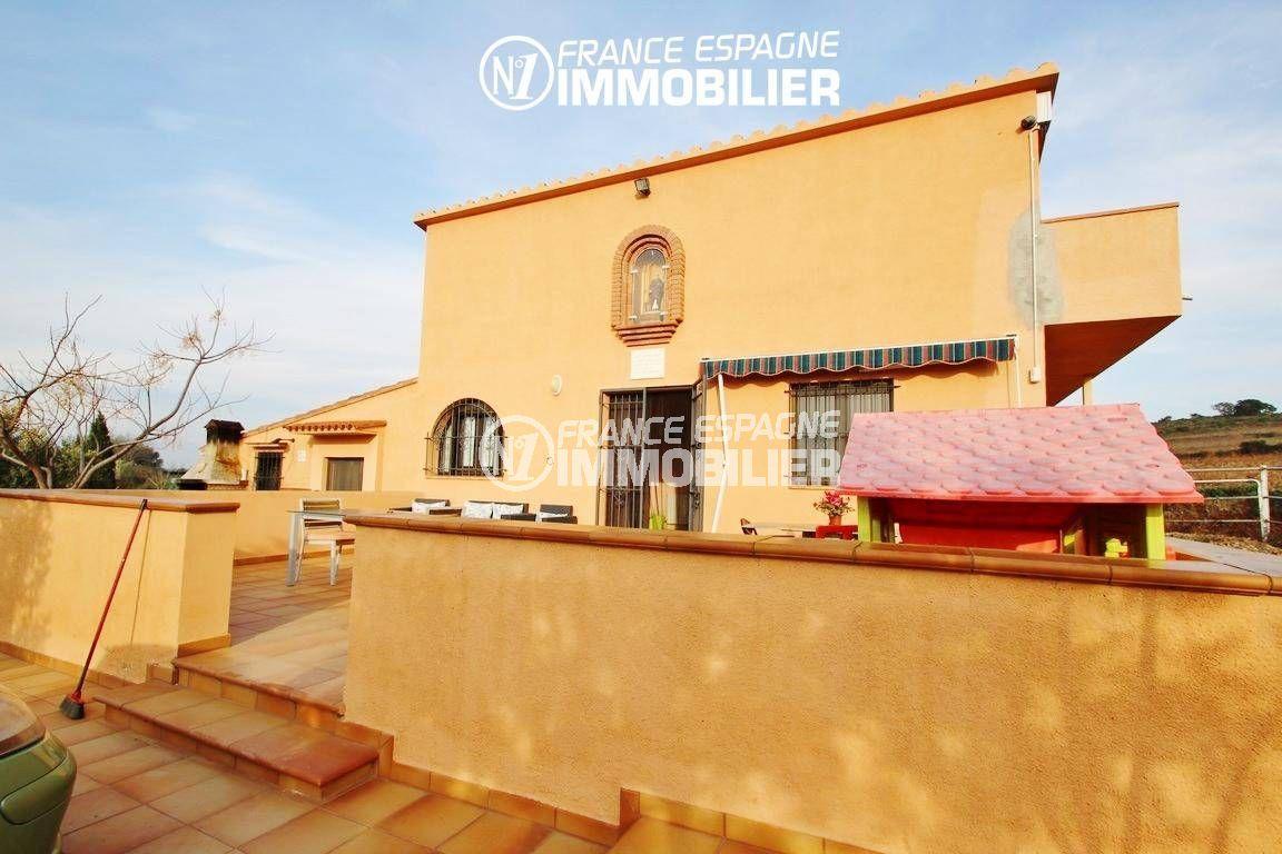 immo roses: villa ref.2772, vue sur la façade de la maison et la terrasse