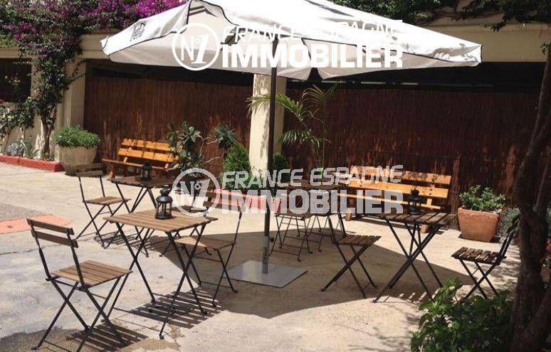 agence immobiliere costa brava: commerce proche plage, terrasse aménagée de l'hôtel 3 étoiles