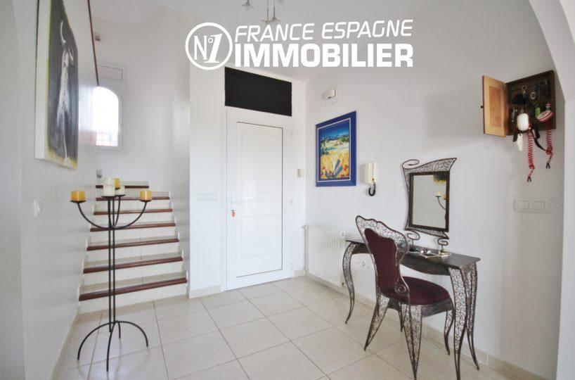 maison a vendre espagne costa brava, piscine, hall et porte d'entrée accès escaliers