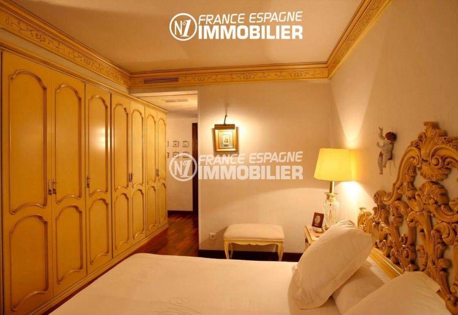 agence rosas: villa ref.2786, chambre 2 avec un lit double et des placards