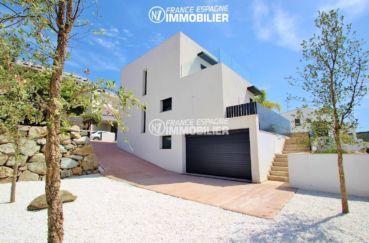 maison costa brava, ref.3269, vue sur une des façades et le garage