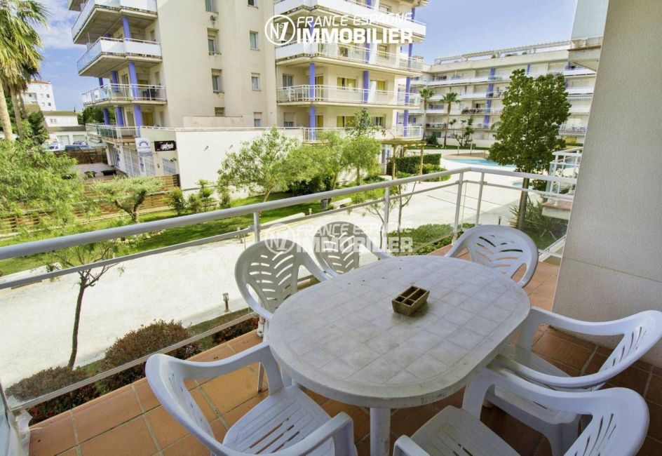 appartement costa brava, ref.3301, aperçu de la terrasse 14 m² et piscine en arrière plan