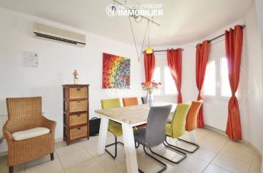 achat rosas espagne: villa 179 m², salon / séjour lumineux coin repas avec grande table