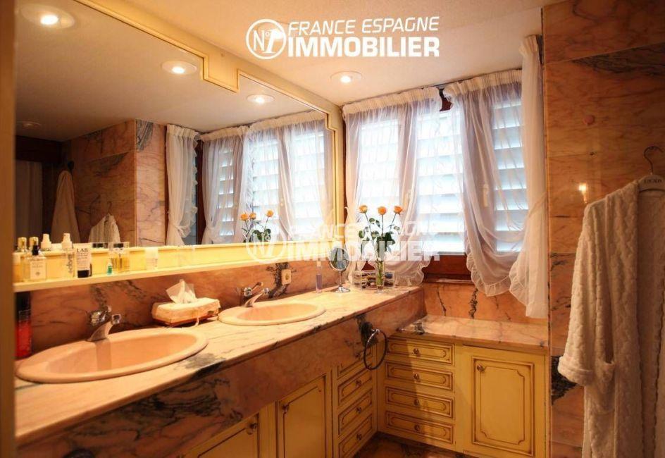 achat maison rosas espagne, ref.2786, salle de bains avec double vasque et des rangements