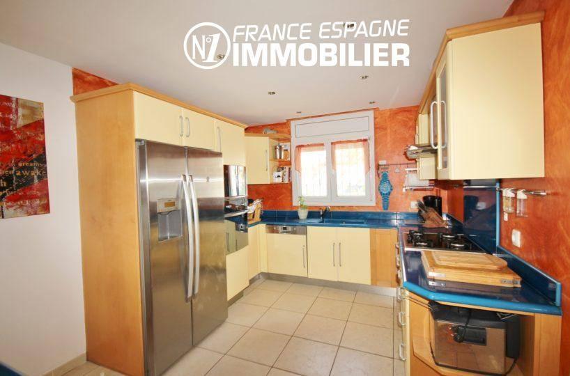 agence immobiliere à rosas: villa 179 m², cuisine américaine ouverte sur le salon