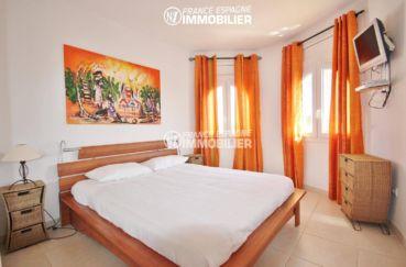 immocenter roses: villa 179 m², chambre 1 lumineuse lit double et rangements