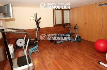 immocenter roses: villa ref.2786, salle aménagée pour faire du sport avec des placards