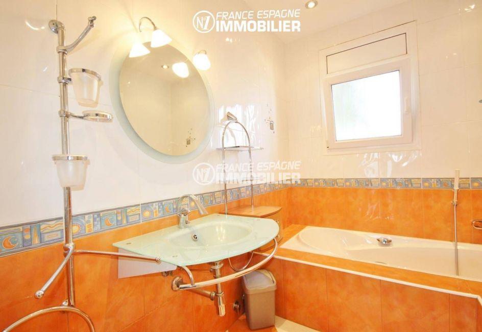 acheter maison costa brava, amarre, salle de bains avec baignoire et lavabo