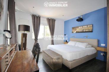 immo center roses: villa 179 m², chambre 2 avec lit double et coiffeuse
