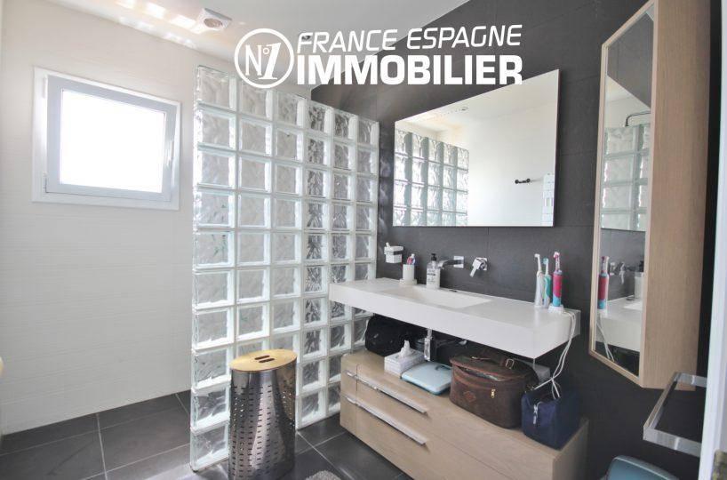 vente immobiliere costa brava: villa 179 m², salle d'eau avec douche et meuble vasque