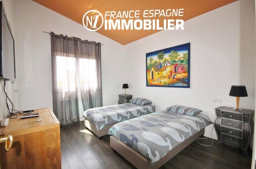 vente maison costa brava, piscine, chambre 4 avec deux lits simples et rangements