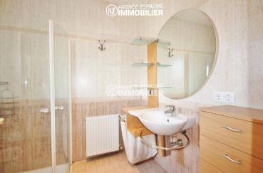 maison a vendre espagne bord de mer, amarre, salle d'eau avec douche, lavabo et rangements