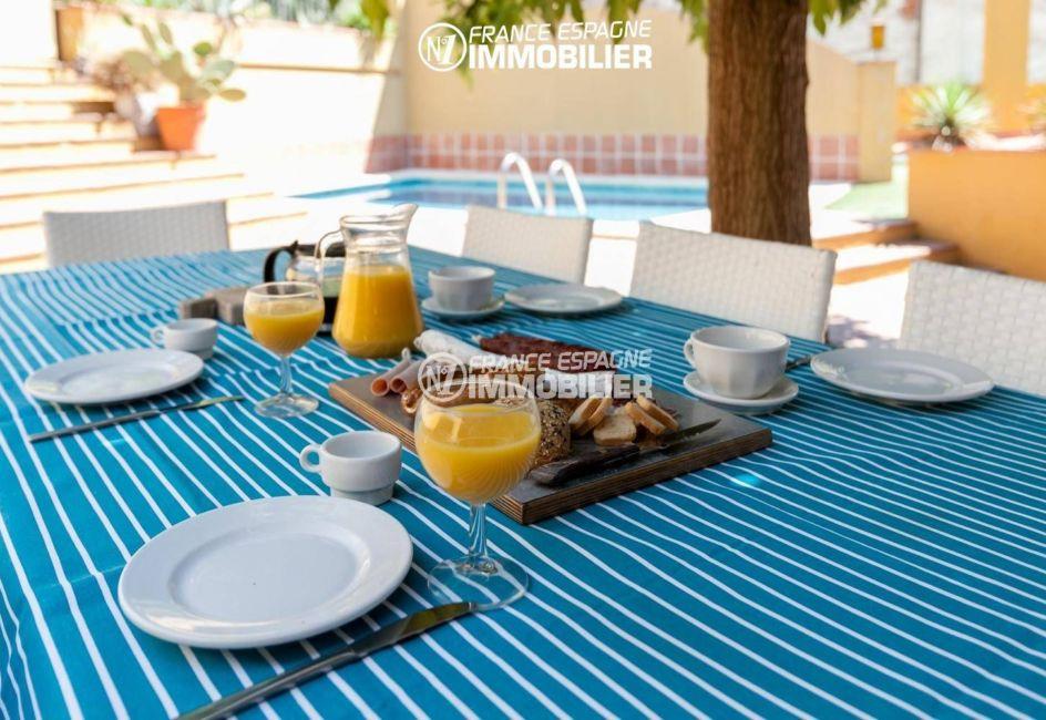 acheter maison costa brava, ref.3306, vue sur l'appétissante table près de la piscine