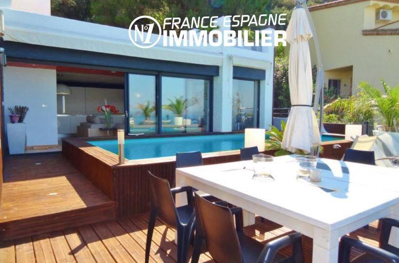 roses immobilier: villa ref.312, terrasse en bois + piscine, coin repas et accès au salon