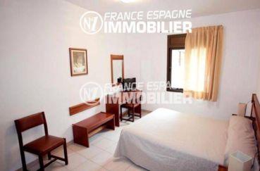 agence immobiliere llanca: commerce hôtel piscine, chambre lit double, bureau et télévision